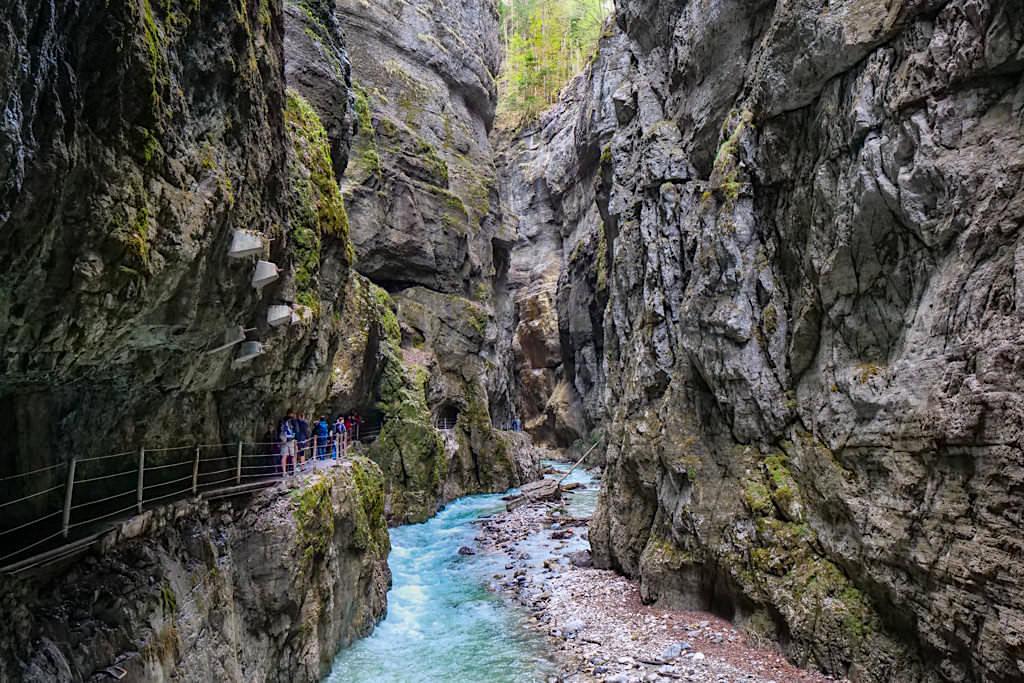 Partnachklamm - Steile, eng beieinander stehende Felswände bilden die faszinierend, imposante Schlucht - Garmisch-Partenkirchen, Bayern