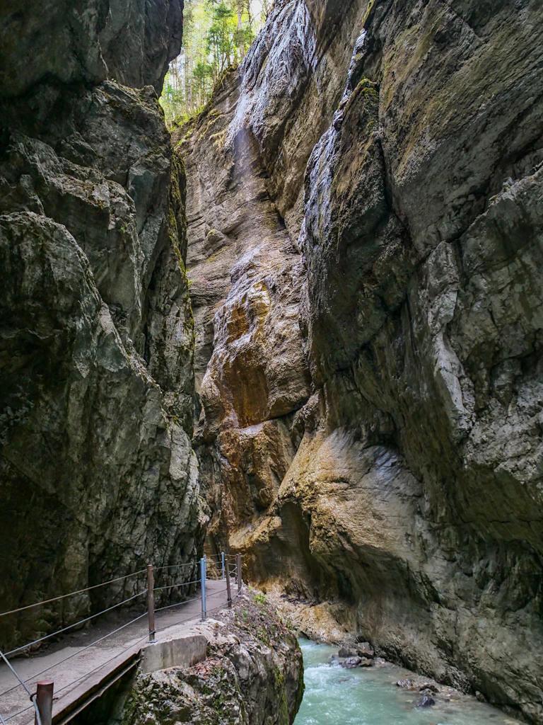 Partnachklamm - 80 m hoheSteilwände stehen sich nur wenige Meter entfernt gegenüber - Bayern
