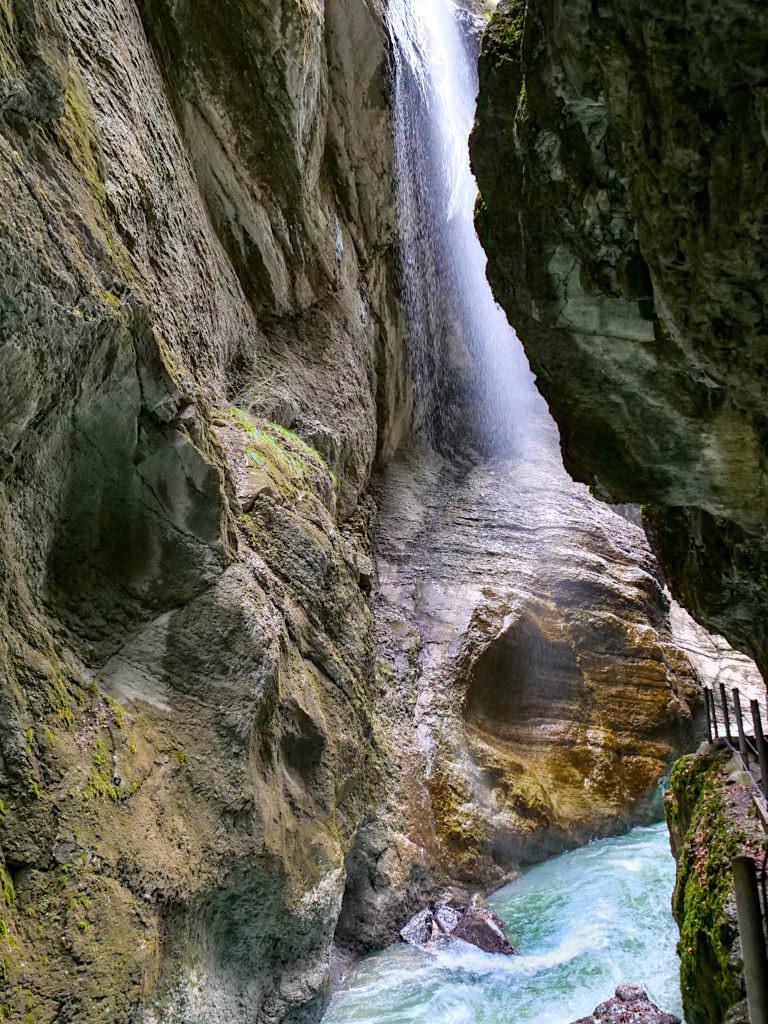 Partnachklamm - Herabfallende Wassermassen verdichten sich zu Wasserfällen - Garmisch-Partenkirchen, Bayern
