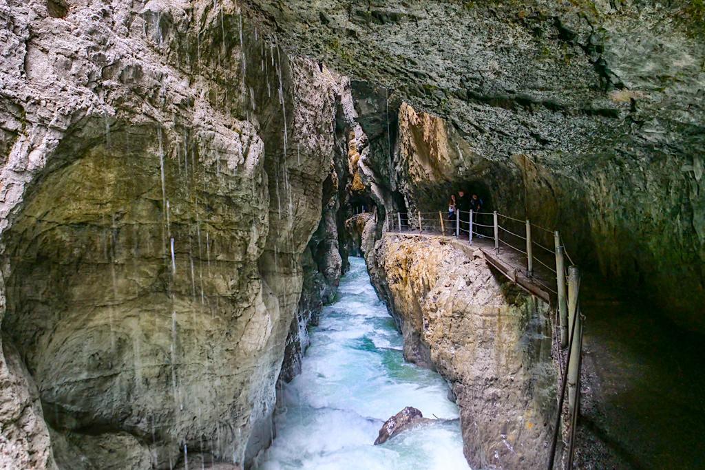 Partnachklamm - In der Schlucht ist es immer kühl & nass, also entprechend kleiden - Garmisch-Partenkirchen, Bayern