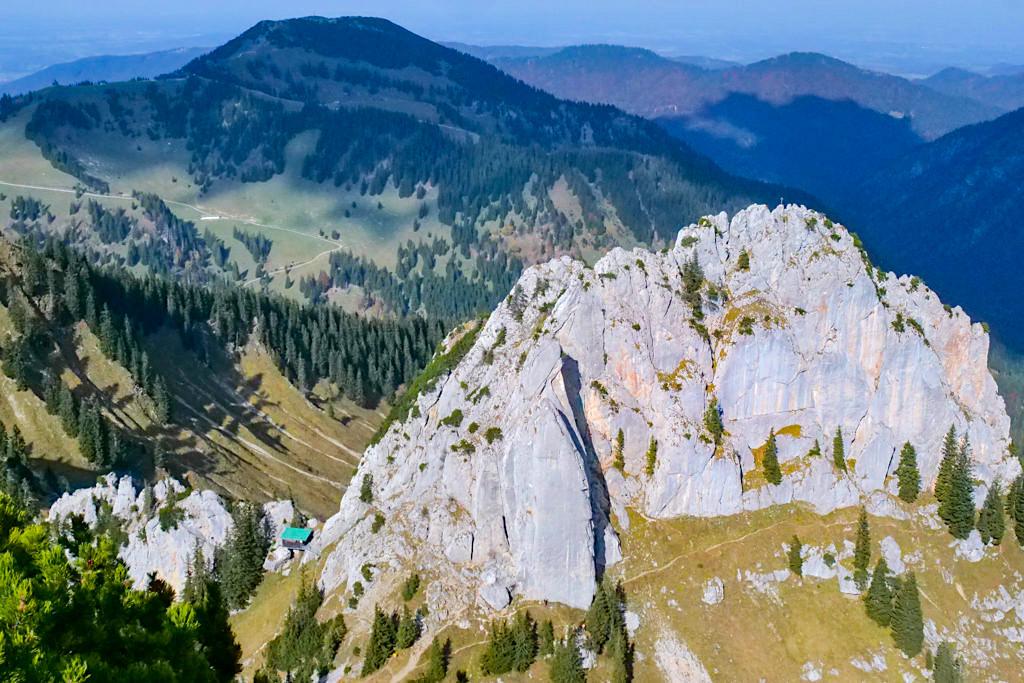 Risserkogel Wanderung - Blick auf die imposante Südwand des Plankensteins oder Blankenstein - Tegernsee, Bayern