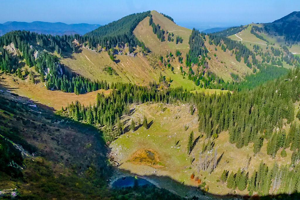 Risserkogel Wanderung - Blick auf die teilweise ausgetrockneten Röthensteiner Seen - Tegernsee, Bayern