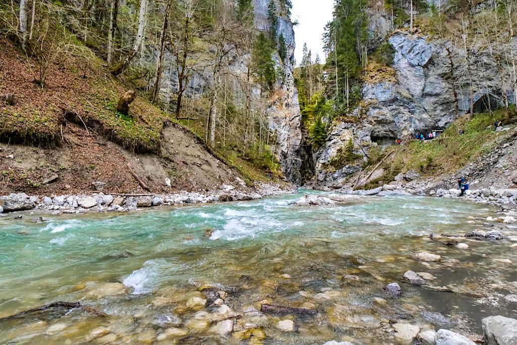Idyllischer Picknickplatz - Ufer der Partnach am Südende der Klamm - Bayern