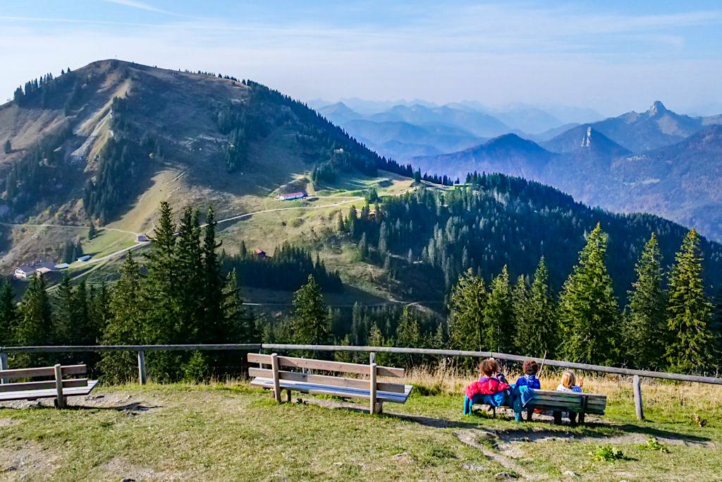 Wallberg Kapelle - Bank zum Relaxen und mit grandiosem Ausblick auf die Tegernseer Bergwelt - Bayern