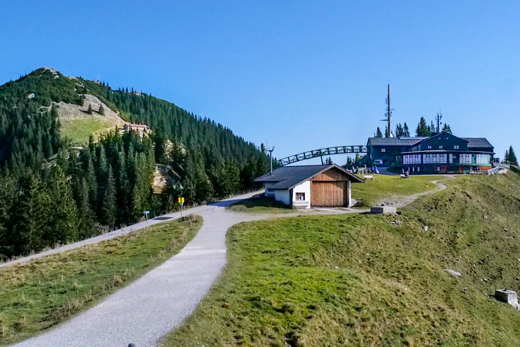 Blick auf die Wallbergbahn Bergstation, das wunderschöne Panoramarestaurant & den Wallberg mit seinem Gipfel - Tegernsee - Bayern