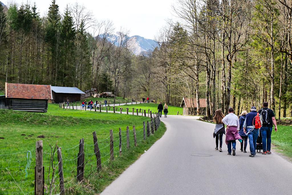 Fußweg vom Eingang der Partnachklamm zum Olympia-Skistadion und Parkplatz - Bayern
