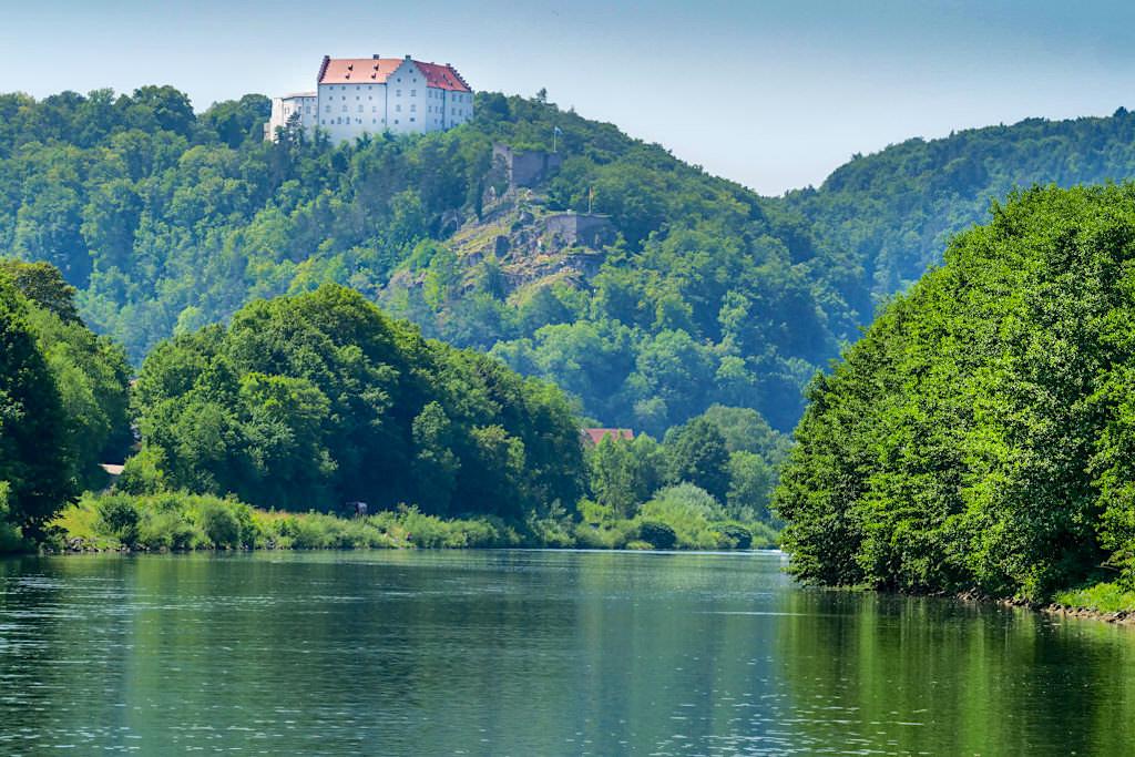 Altmühltal Schifffahrt -Die Rosenburg kündigt schon von Weitem das malerische Riedenburg an - Bayern