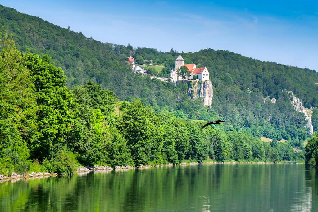 Grandioser Ausblick auf Burg Prunn - Altmühltal Schifffahrt zwischen Kelheim und Riedenburg - Bayern