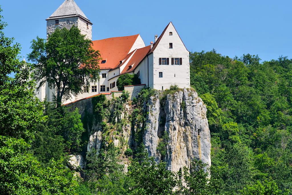 Faszinierende Burg Prunn mit Blick auf Innenhof - Altmühltal Schifffahrt von Kelheim nach Riedenburg - Bayern
