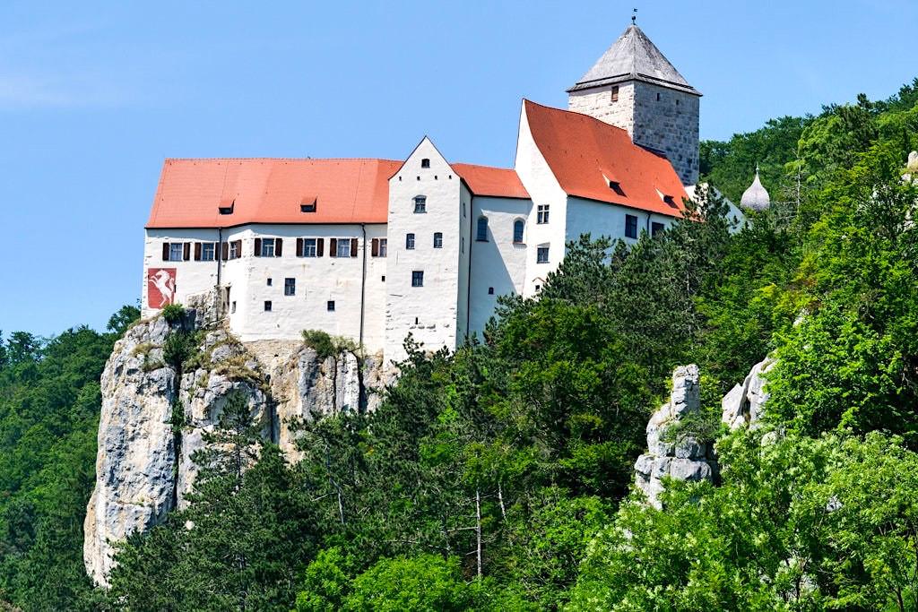 Burg Prunn mit Wappen ist eine der schönsten Burgen und ein Altmühltal Highlight - Altmühltal Schifffahrt - Bayern