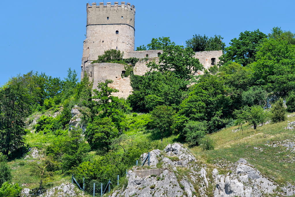 Burg Randeck vom Main-Donau-Kanal aus gesehen - Altmühltal Schifffahrt - Essing, Bayern