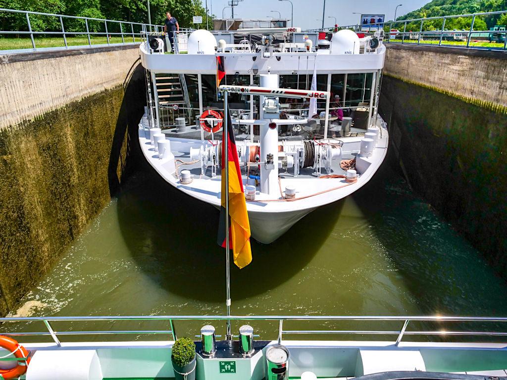 Einfahrt von zwei Schiffen in die Schleuse Kelheim - Altmühltal Schifffahrt - Bayern