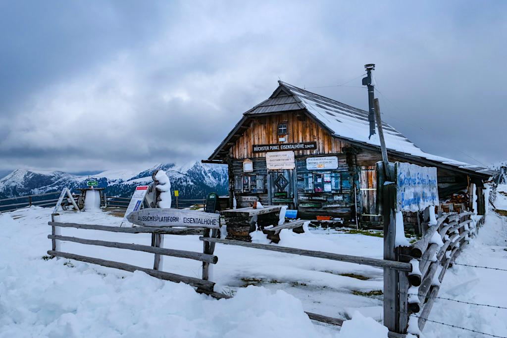 Eisentalhöhe mit düsterer Schnee- & Wolkenstimmung - Sehenswürdigkeiten auf der Nockalmstraße - Kärnten, Österreich
