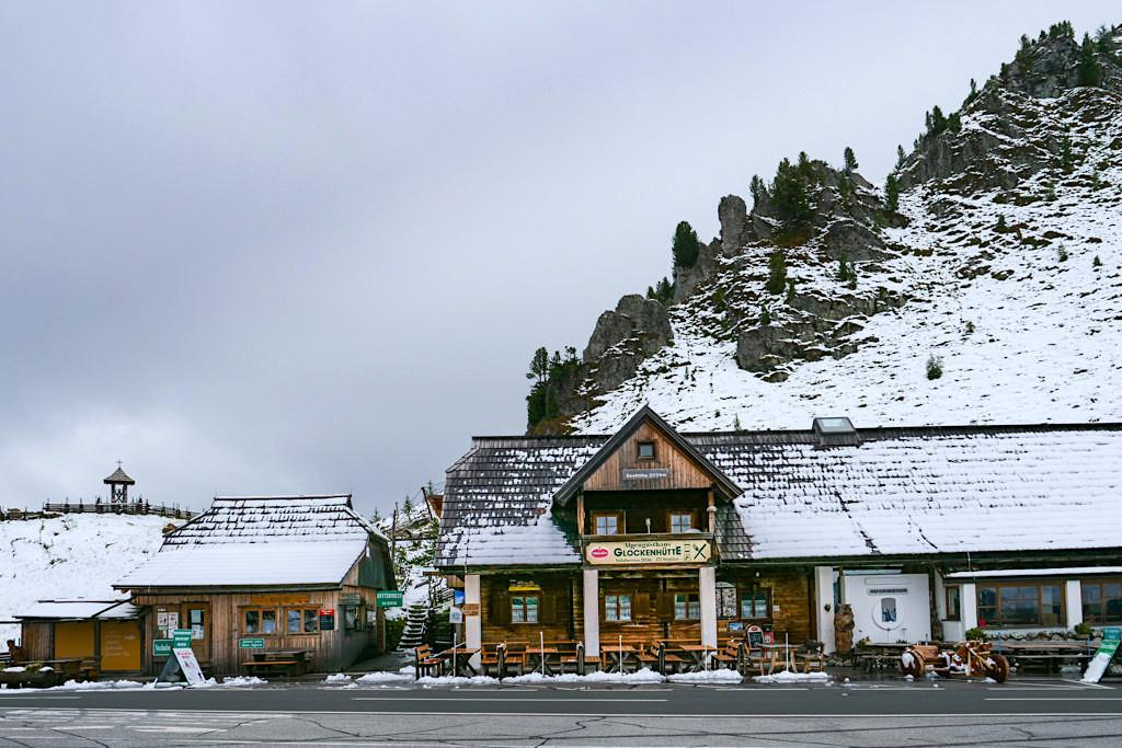 Glockenhütte mit Schnee bedeckt - Highlights der Nockalmstraße - Kärnten, Österreich