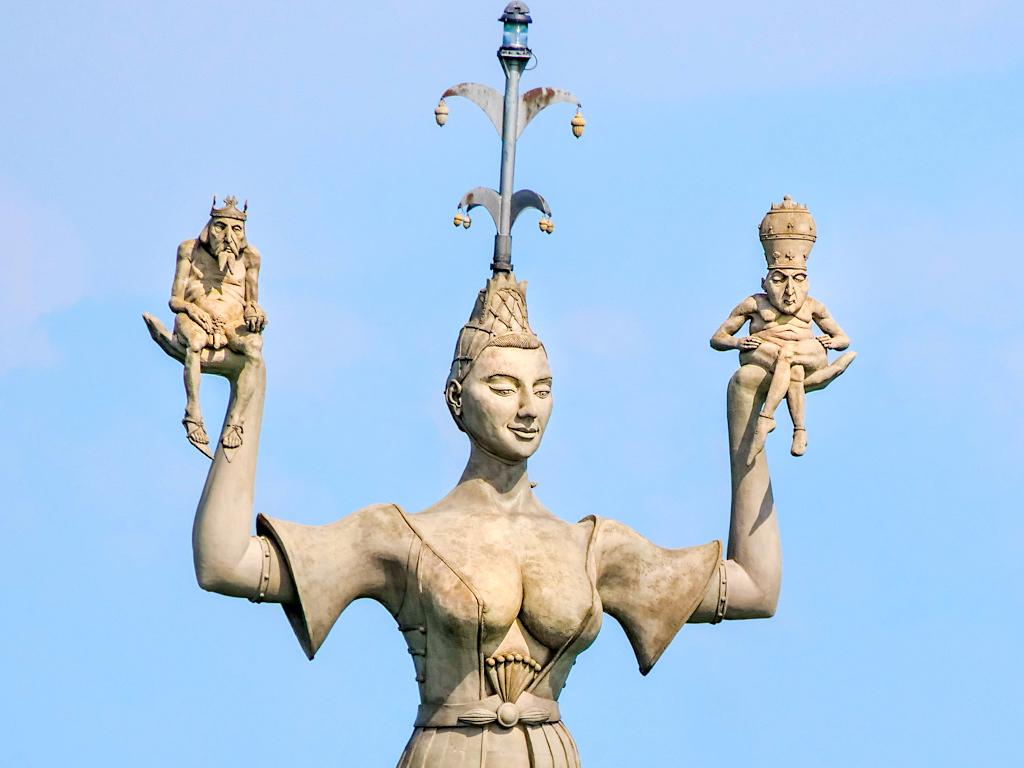 Imperia von Konstanz mit nacktem Kaiser und nacktem Papst auf ihren Händen- Peter Lenk Skulpturen - Baden-Württemberg