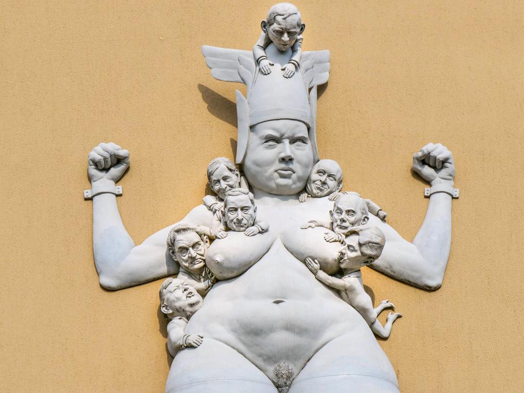 Kampf um Europa: Politiker saugen die hilflose Europa aus - Peter Lenk Skulptur - Radolfzell, Baden-Württemberg