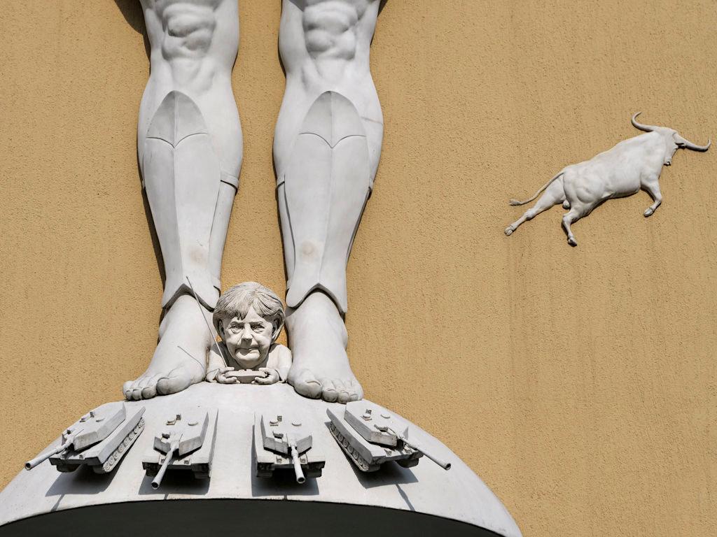 Kampf um Europa - Merkel steuert Panzer - Peter Lenk Skulpturen am Bodensee - Radolfzell, Baden-Württemberg