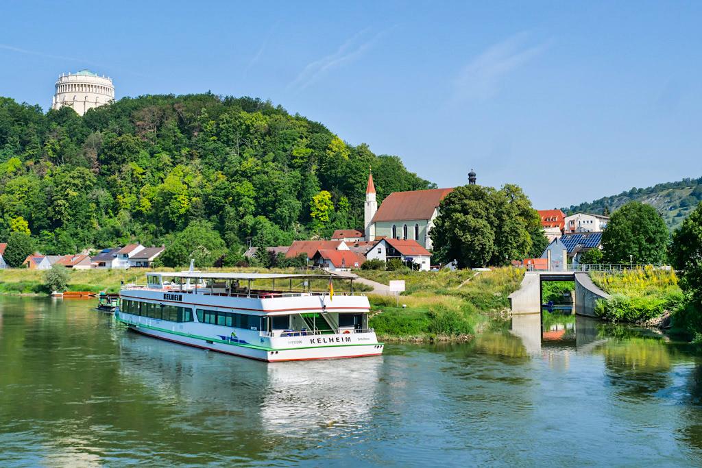 Altmühltal Schifffahrt - Kelheimer Donauufer mit Blick auf die Franziskanerkirche, den Michaelisberg & die Befreiungshalle - Bayern