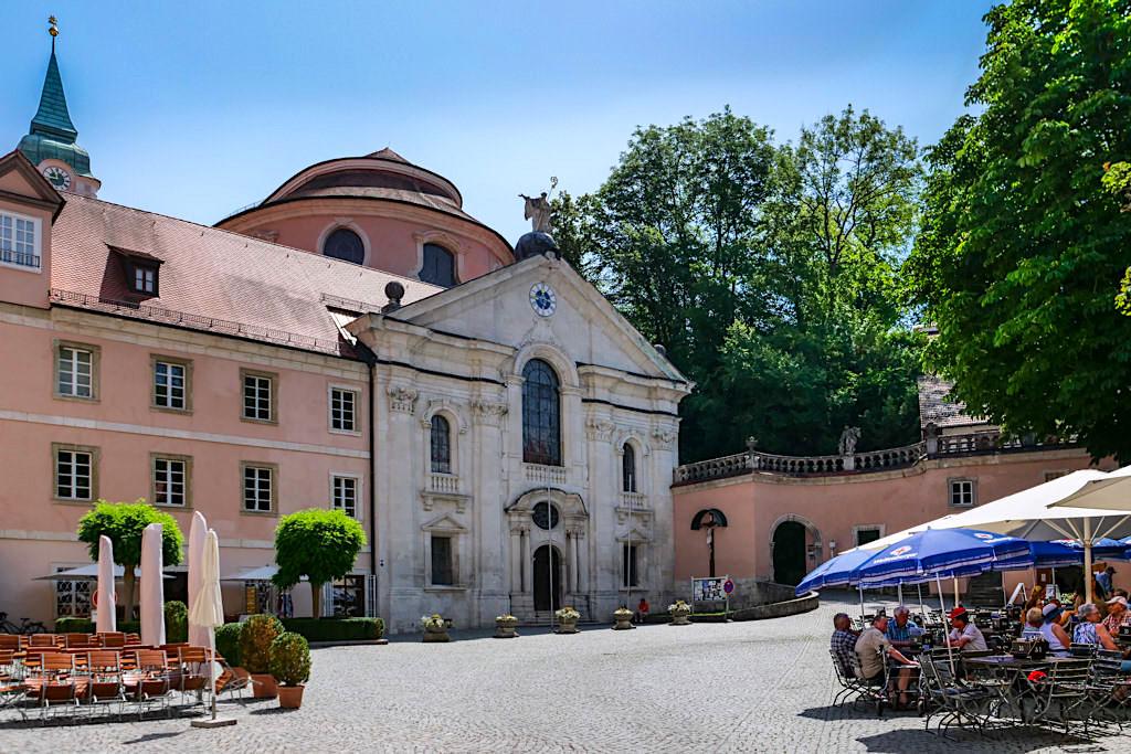 Kloster Weltenburg - Innenhof und Biergarten mit ältester Klosterbrauerei der Welt - Bayern