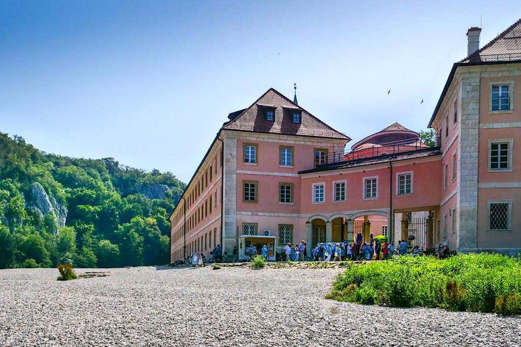 Kloster Weltenburg vom Kiesbett gesehen - Bayern