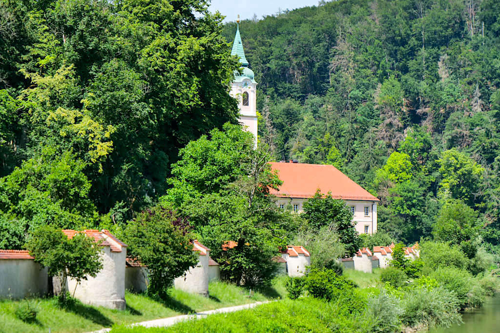Kloster Weltenburg mit Mauer - Altmühltal Schifffahrt - Bayern