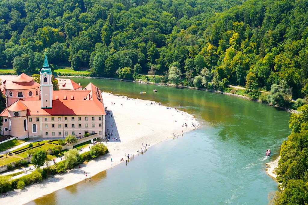 Kloster Weltenburg Wanderung - Der schönster Ausblick hat der Besucher von der Langen Wand herunterblickend auf das Kloster und die Donauschleife - Altmühltal Highlights - Bayern