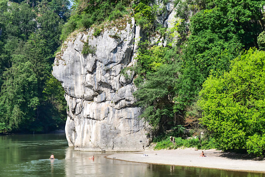 Schöne Badebucht vor der Felsformation Langen Wand - Donaudurchbruch und Weltenburger Enge - Altmühltal Schifffahrt, Bayern