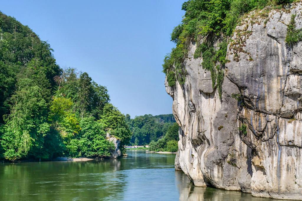 Felsformation Lange Wand mit Haken und Ösen für Schiffer und Flößer - Donaudurchbruch - Altmühltal Schifffahrt zum Kloster Weltenburg - Bayern