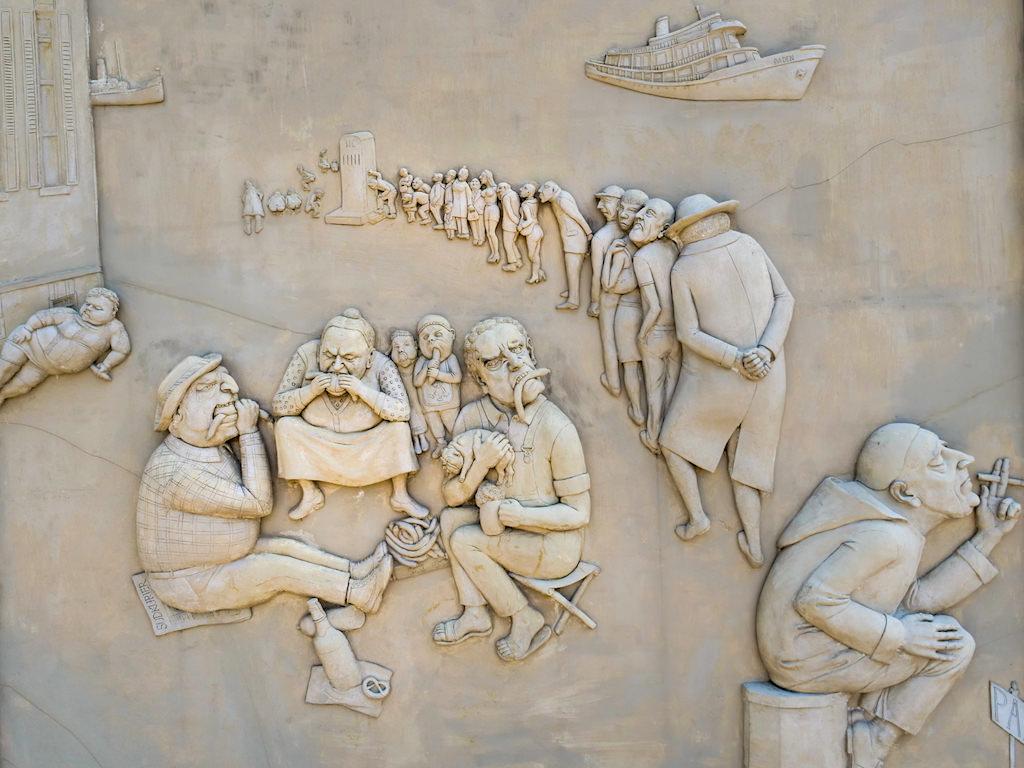 Ludwigs Erbe - Linke Seite des Lenk Triptychon: Bockwurst & Dixi-Klo - Peter Lenk Skulpturen - Ludwigshafen, Baden-Württemberg