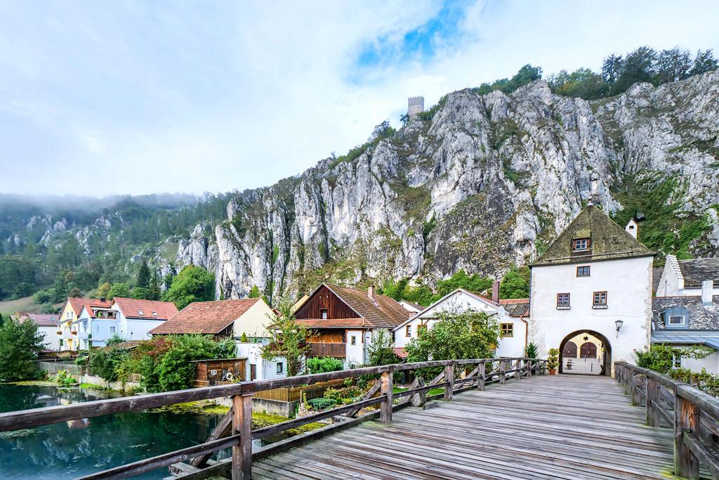 Markt Essing - Malerisches, mittelalterliches Ortszentrum vor riesigen Felswänden - Altmühltal Schifffahrt - Bayern
