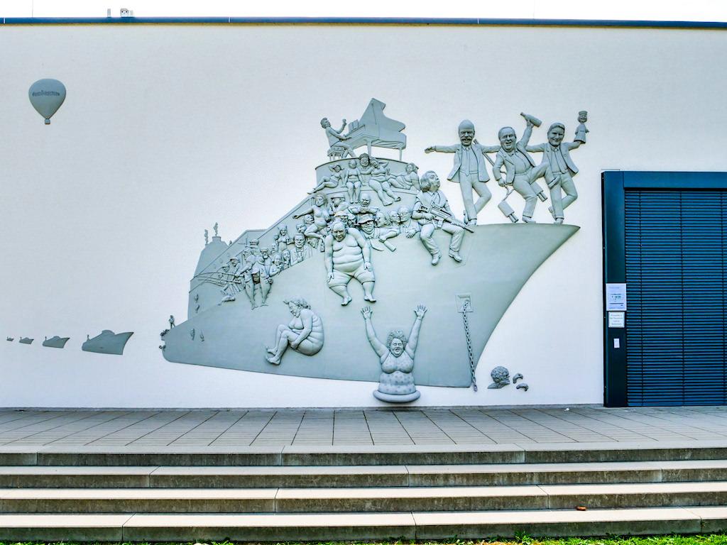 Narrenschiff an der Fassade des Seeums - Peter Lenk Skulpturen am Bodensee- Bodman, Baden-Württemberg