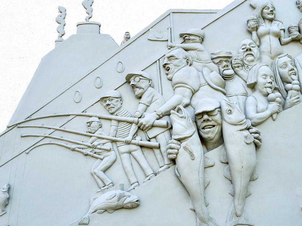 Narrenschiff in Bodman - Wettangeln als Sport - Peter Lenk Skulpturen am Bodensee - Baden-Württemberg
