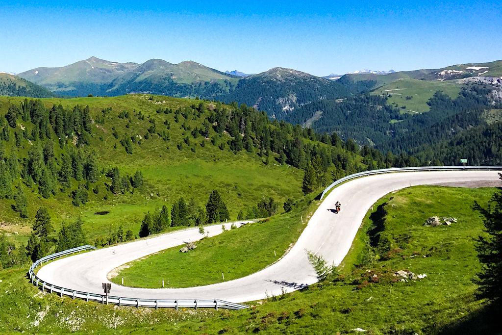 Die Nockalmstrasse begeistert mit ihren 52 Kehren (= Reidn) Motorradfahrer, Radfahrer und Autofahrer - Kärnten, Österreich
