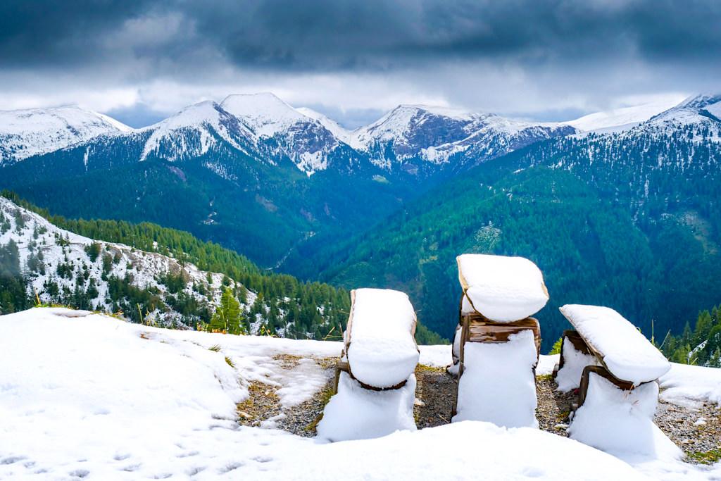 Schönster Ausblick entlang der Nockalmstraße im Sommer bei Wetterumsturz und Schnee - Kärnten, Österreich