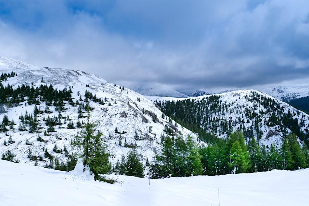 Schneebedeckte Nockberge - Wetterumsturz auf der Nockalmstraße im Sommer - Kärnten, Österreich