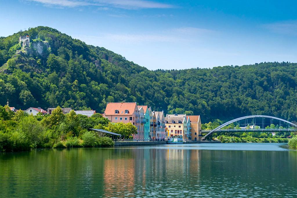 Riedenburg mit seinen herrlichen farbenfrohen Häusern und Brücke über die Donau - Altmühltal Schifffahrt - Bayern