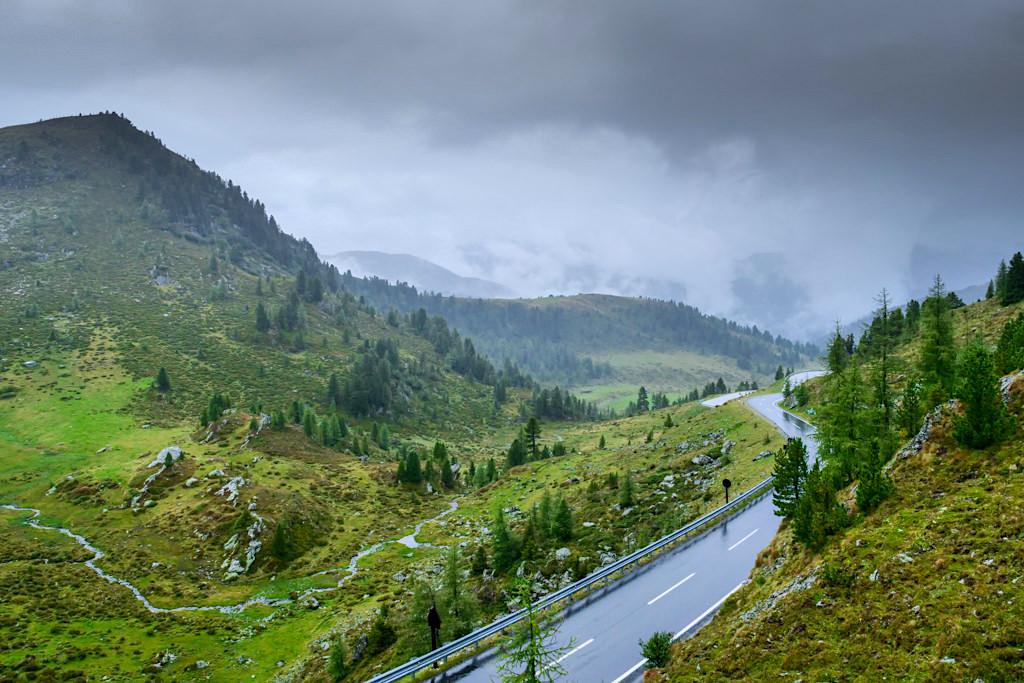 Grandioser Ausblick von Schiestlscharte bei der Glockenhütte auf die Nockalmstraße und die Nockberge - Kärnten, Österreich