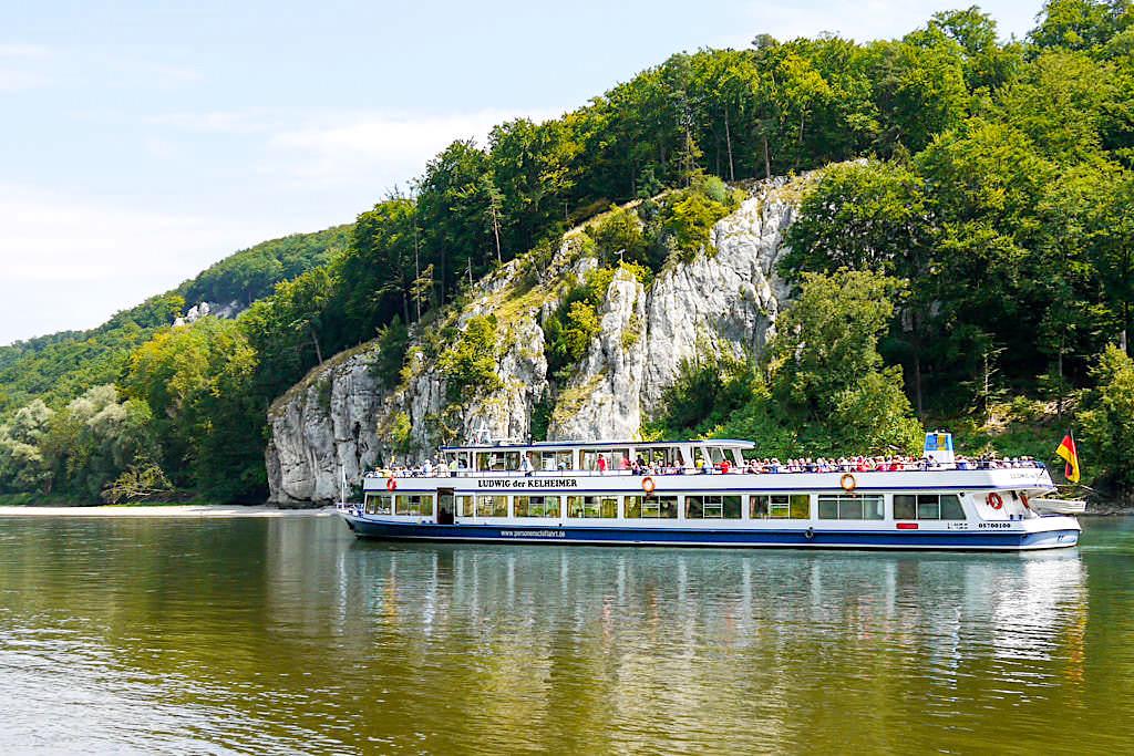 Beeindruckende Altmühltal Schifffahrt vorbei an imposanten Felswänden zum Donaudruchbruch und nach Kloster Welternburg - Kelheim, Bayern