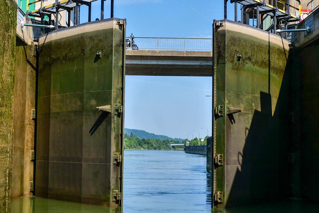 Schleusentore öffnen sich bei der Schleuse Kelheim - Altmühl Main-Donau-Kanal - Bayern