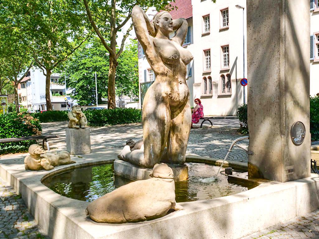Konstanzer Triumphbogen - Erdferkel geifern nach der nackten Fischerin vom Bodensee - Peter Lenk Skulpturen - Baden-Württemberg