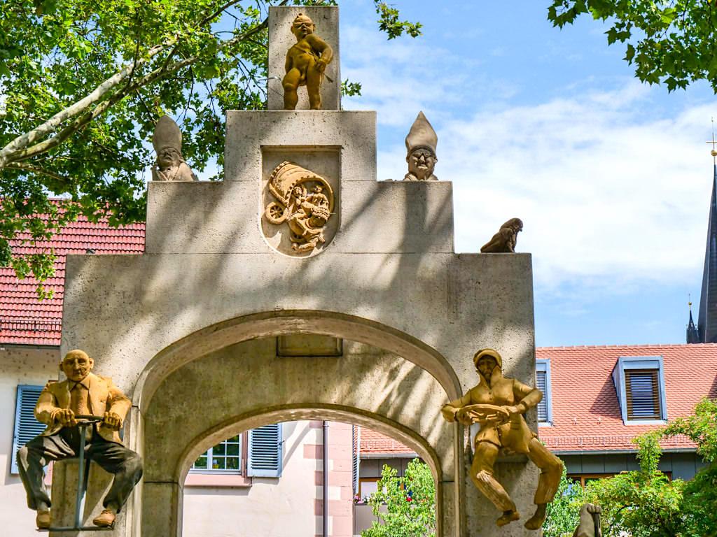 Konstanzer Triumphbogen - Kutschfall & andere Verkehrsteilnehmer - Peter Lenk Skulpturen - Baden-Württemberg