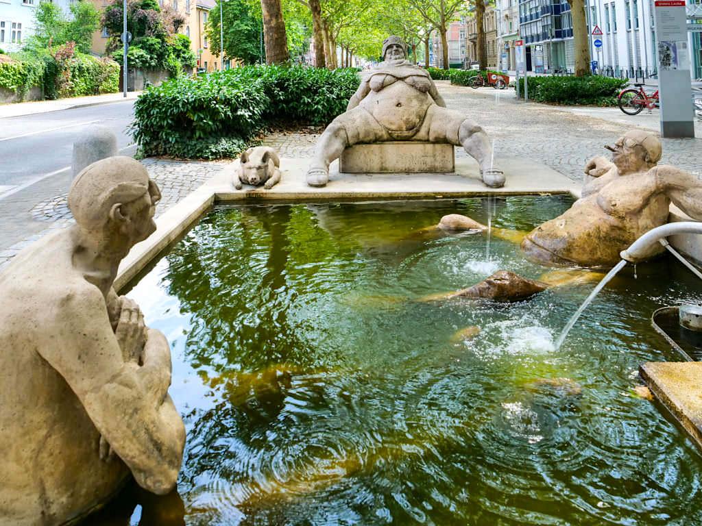 Konstanzer Triumphbogen: Lüsterne, gelangweilte Alte im Brunnen - Peter Lenk Skulpturen am Bodensee - Baden-Württemberg