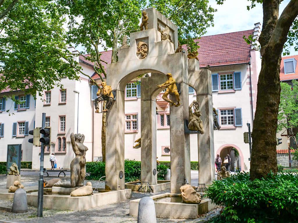 Der Konstanzer Triumphbogen an der Unteren Laube ist eine der Attraktionen von Konstanz - Peter Lenk Skulpturen - Baden-Württemberg