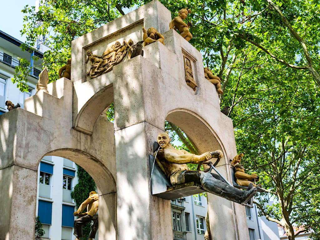 Konstanzer Triumphbogen an der Unteren Laube: Spuckender Rocker - Peter Lenk Skulpturen am Bodensee - Baden-Württemberg