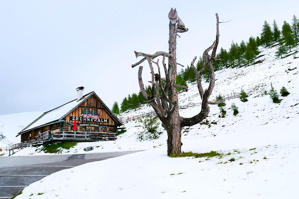 Zechneralm im Schnee: Nach einem Wettersturz auf der Nockalmstraße - Kärnten, Österreich