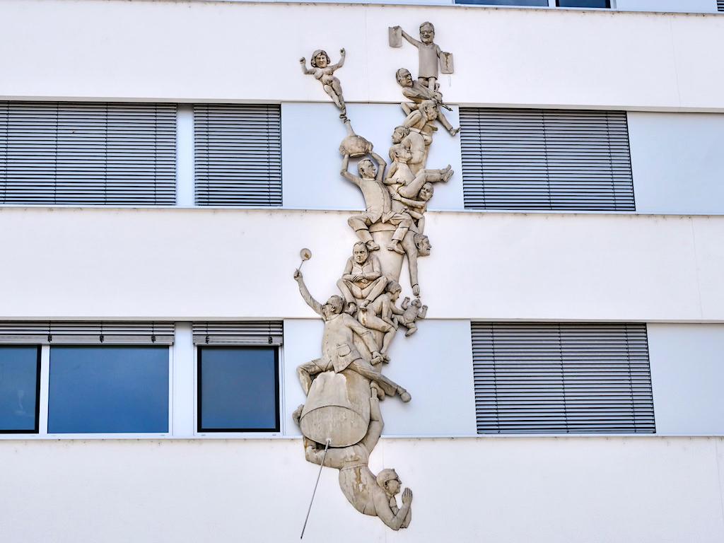 Ärtzespritze - Peter Lenk Skulpturen - Singen / Hohentwiel, Baden-Württemberg