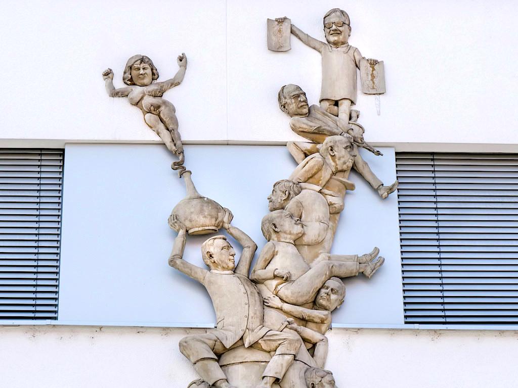 Ärtzespritze mit Andrea Fischer als Flaschengeist - Peter Lenk Skulptur - Singen, Baden-Württemberg