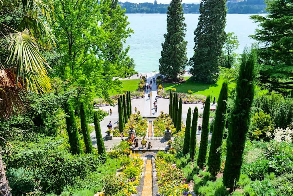 Wunderschöne Italienische Blumen-Wassertreppe mit Blick auf den Bodensee - Insel Mainau - Baden-Württemberg