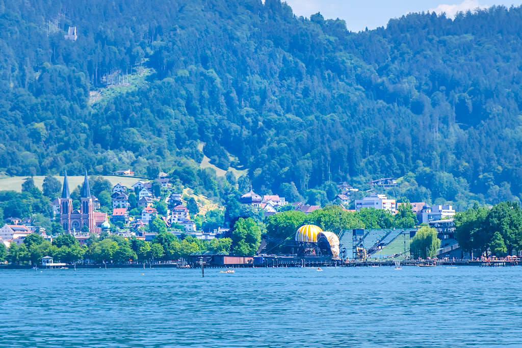 Ausblick auf Bregenz mit Bodenseebühne und seinen Bregenzer Festspielen - Dreiländer-Schiffsrundfahrt - Österreich