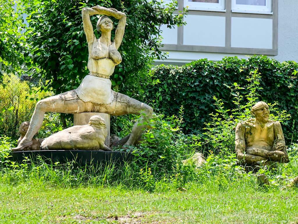 Circe mit geifernden Erdferkeln - Bildhauergarten Peter Lenk in Bodman - Baden-Württemberg